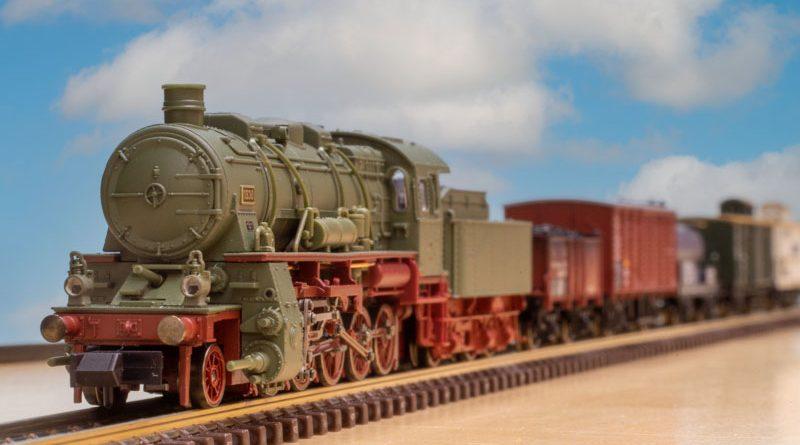 Minitrix G12 蒸汽機車 + 5 節裝古典貨運車廂